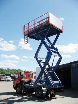 Platforma hidraulica EdmoLift Romania TXD 4000 - Montata pe un camion in aeroport